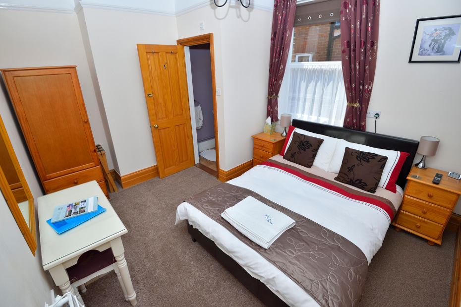 twin room with en suite toilet and the use of 2 shared bathrooms